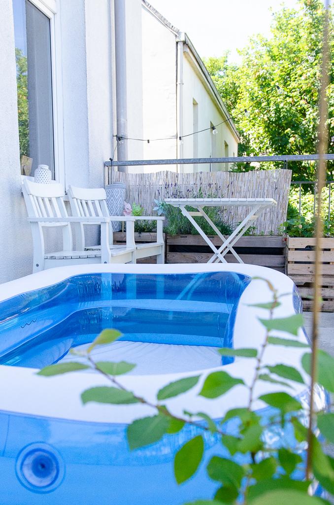 Plantschbecken auf dem Balkon - der perfekte Ort für heiße Sommertage, auch in der Schwangerschaft