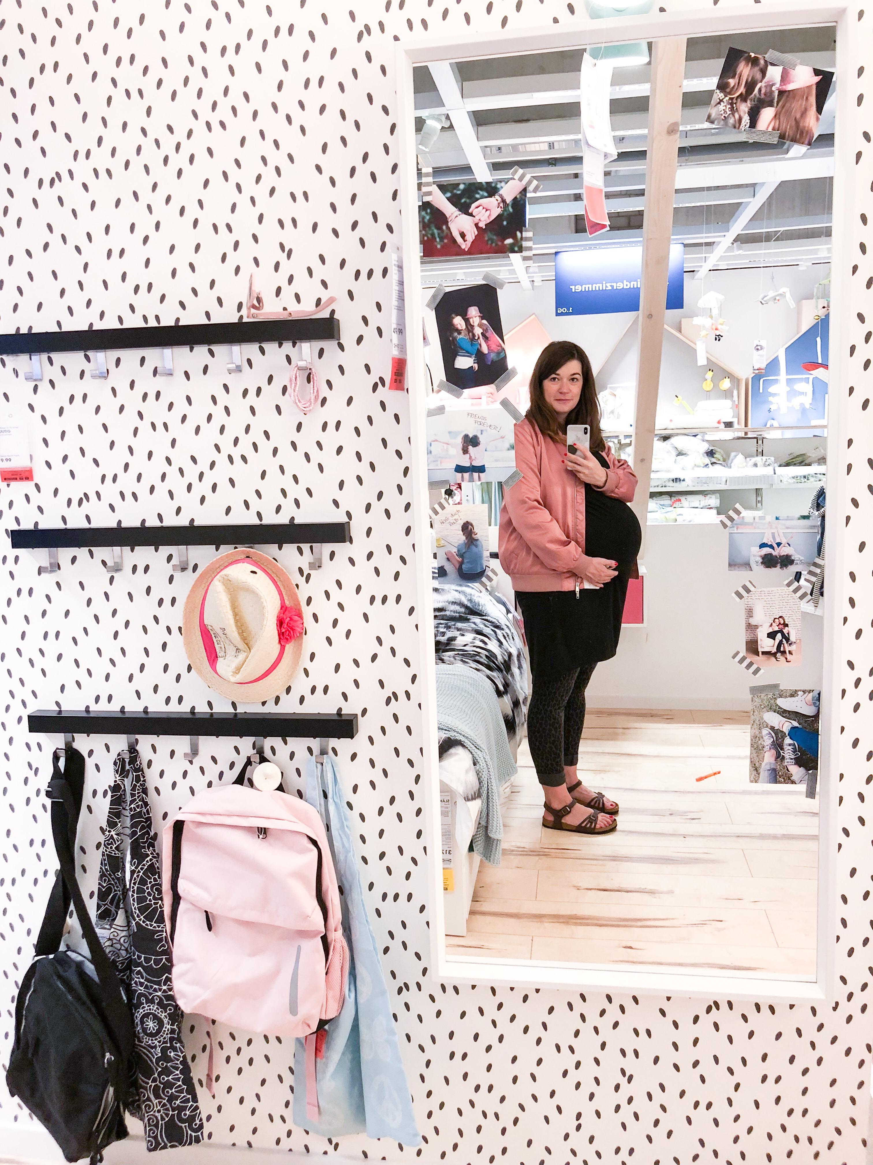 Tapete im PinkepankStyle bei Ikea und 40 Wochen Babybauch im Spiegel