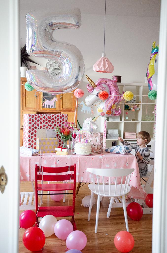 Luftballons und Tischdeko zum fünften Geburtstag - Natürlich eine Einhornparty