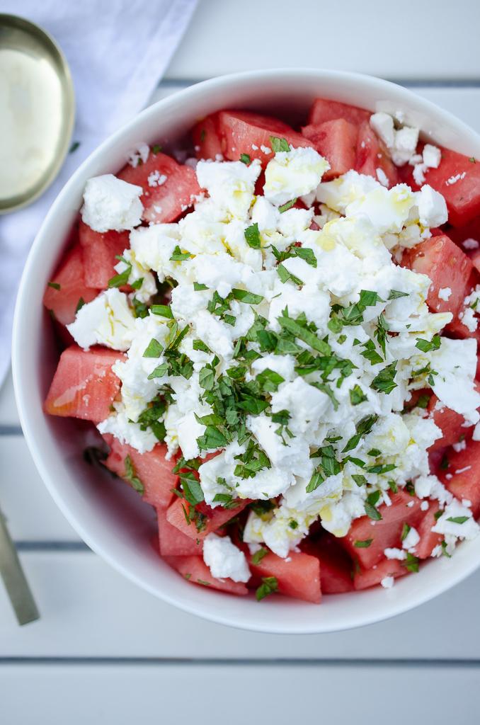 Rezept für Feta Melonen Salat mit frischer Minze - perfekt zum Grillen oder als Low Carb Salat