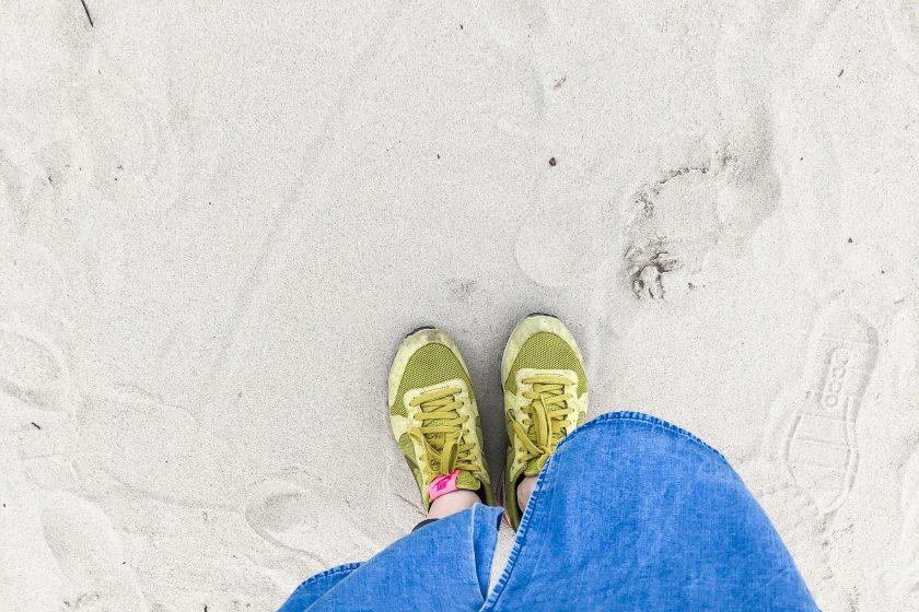 Sand unter den Füßen am Elbstrand in Hamburg, Outfit Nike Internationalists und Kleid von Armedangels