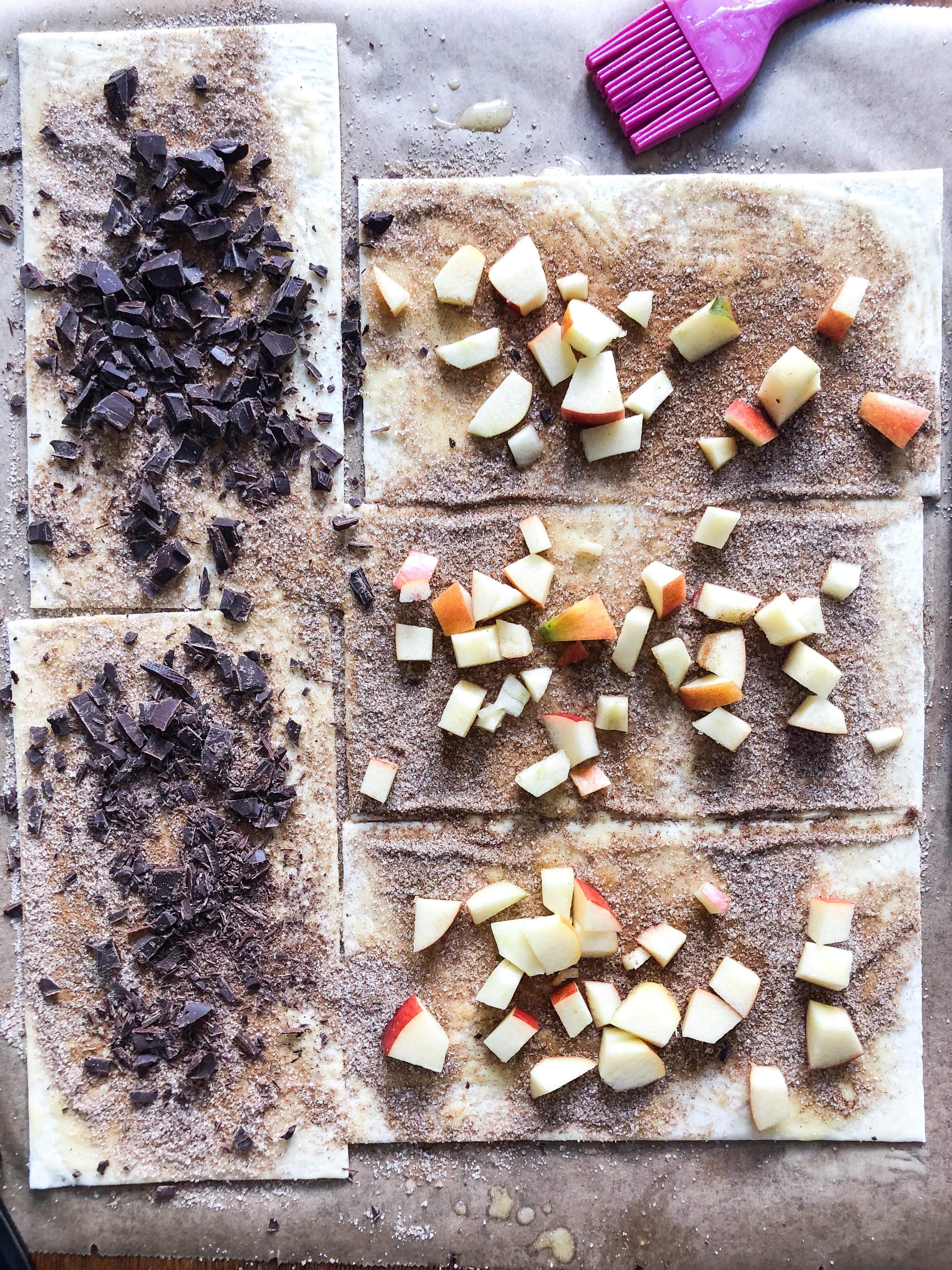 Zimtschnecken aus Blätterteig mit Apfel und Schokolade