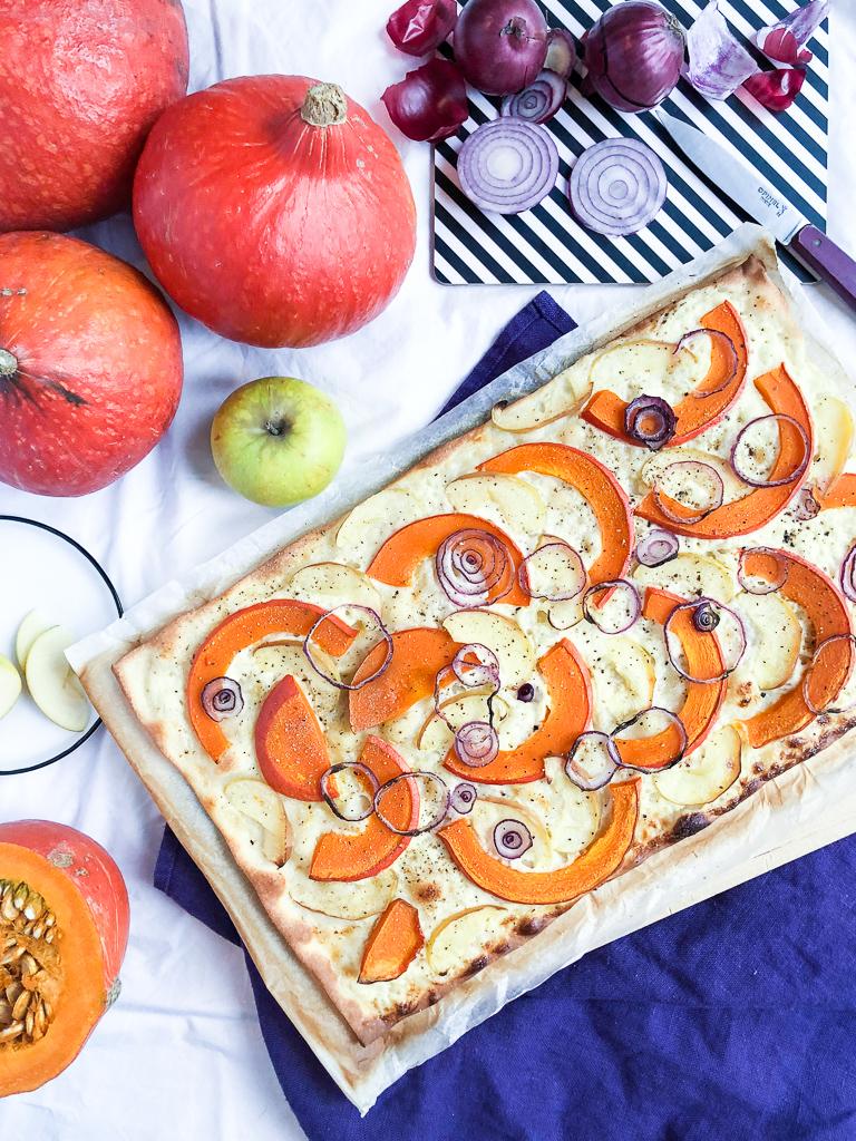 Flammkuchen mit Kürbis und Apfel