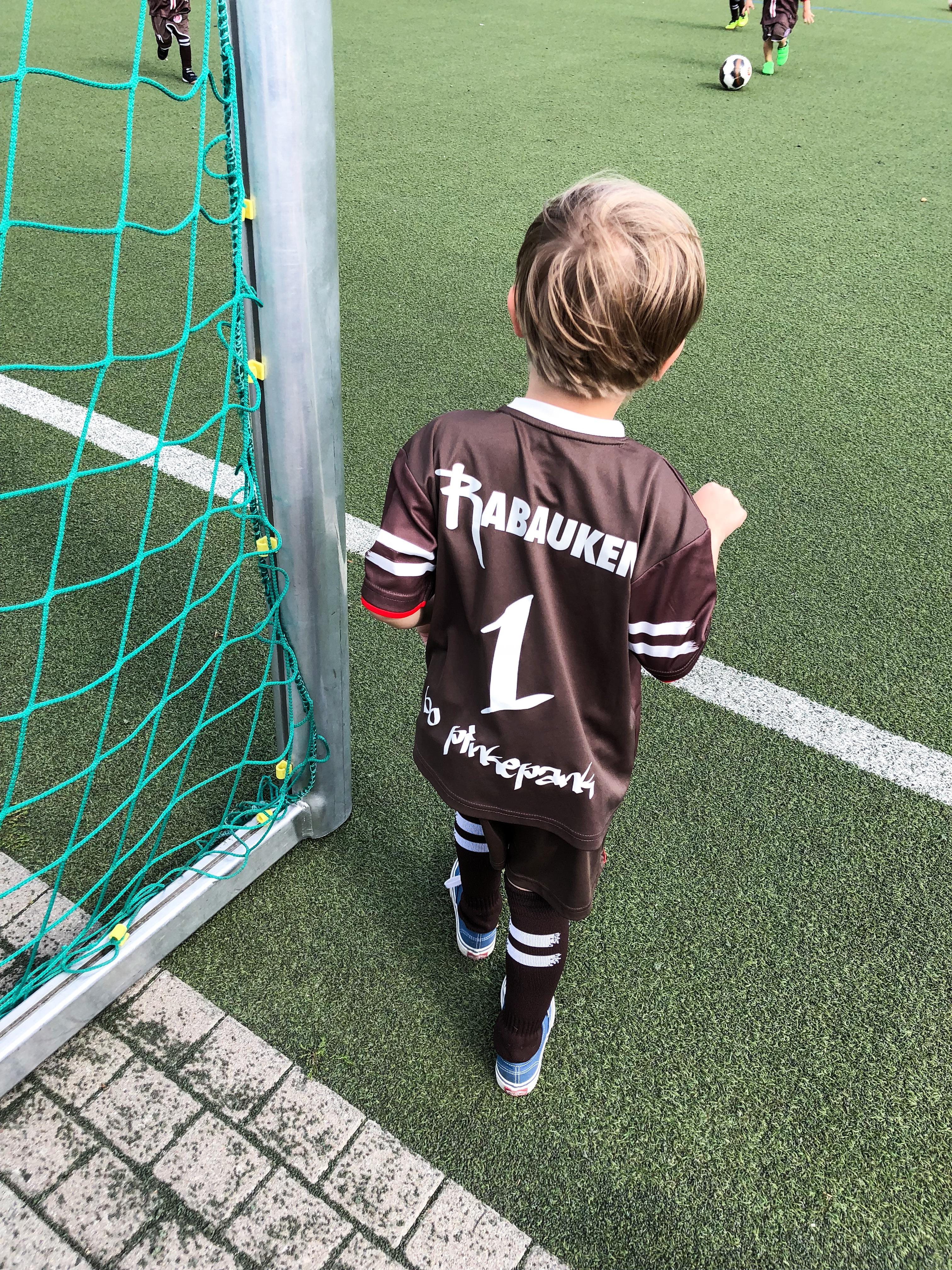 Team Pinkepank! Wie Bo uns mit seiner Fußball-Liebe angesteckt hat und warum das für unseren familiären Teamgeist der Hauptgewinn ist