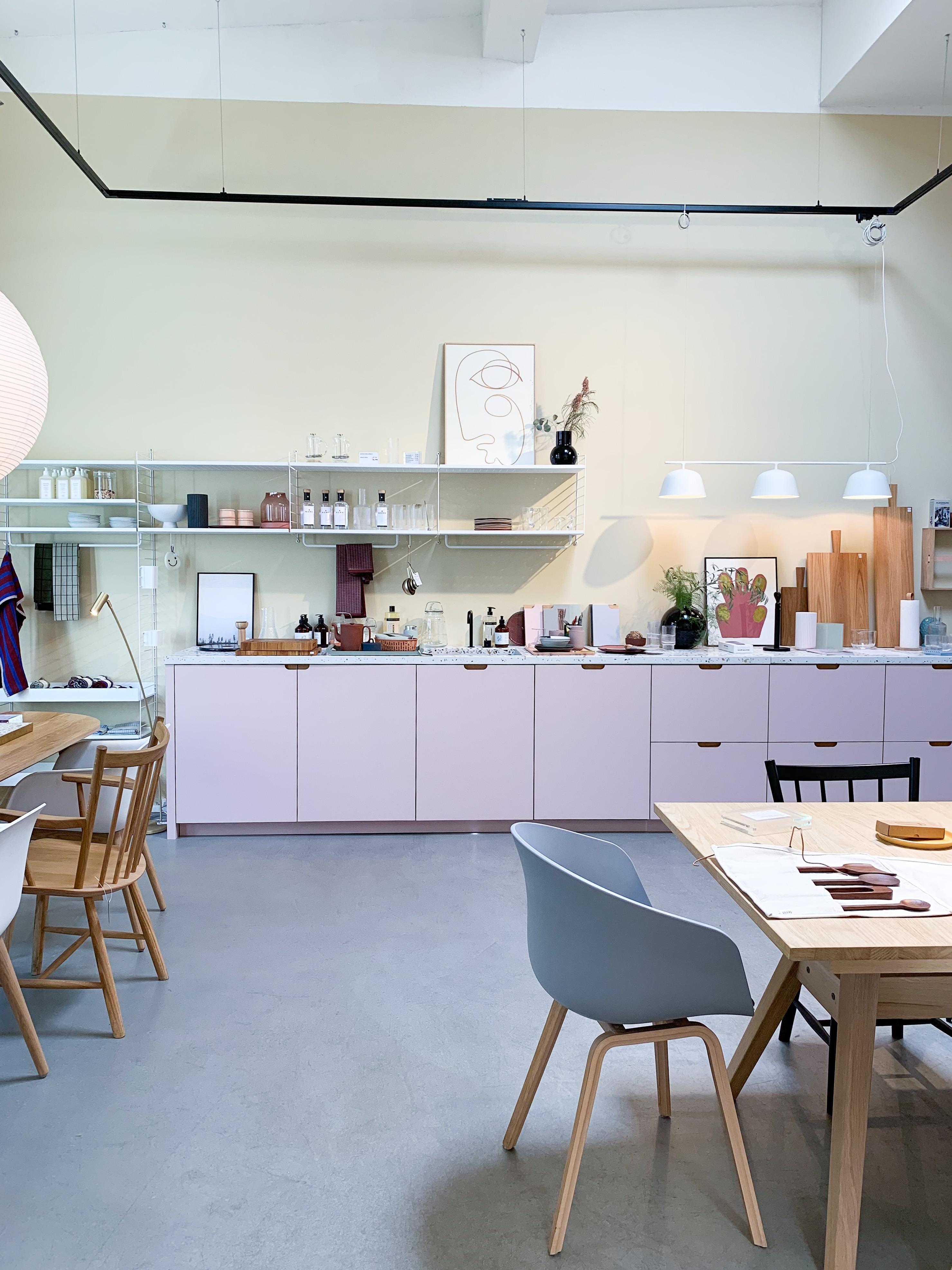 Rosa Küche mit Terazzo Arbeitsplatte von We are studio studio bei Lys Vintage