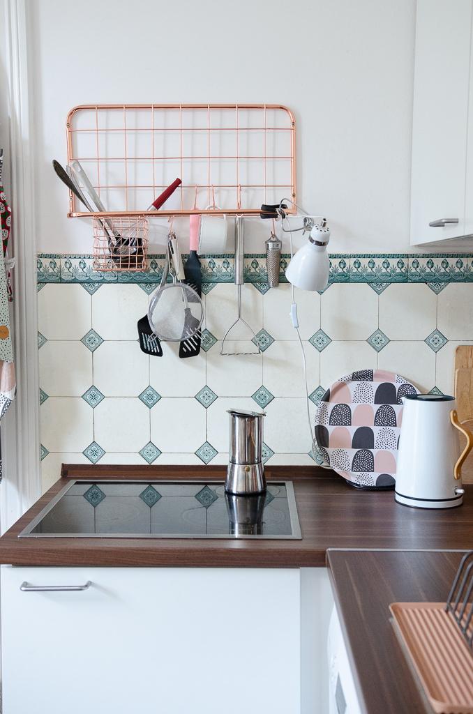 Altbauküche - Herd und Arbeitsplatte mit Stelton Wasserkocher