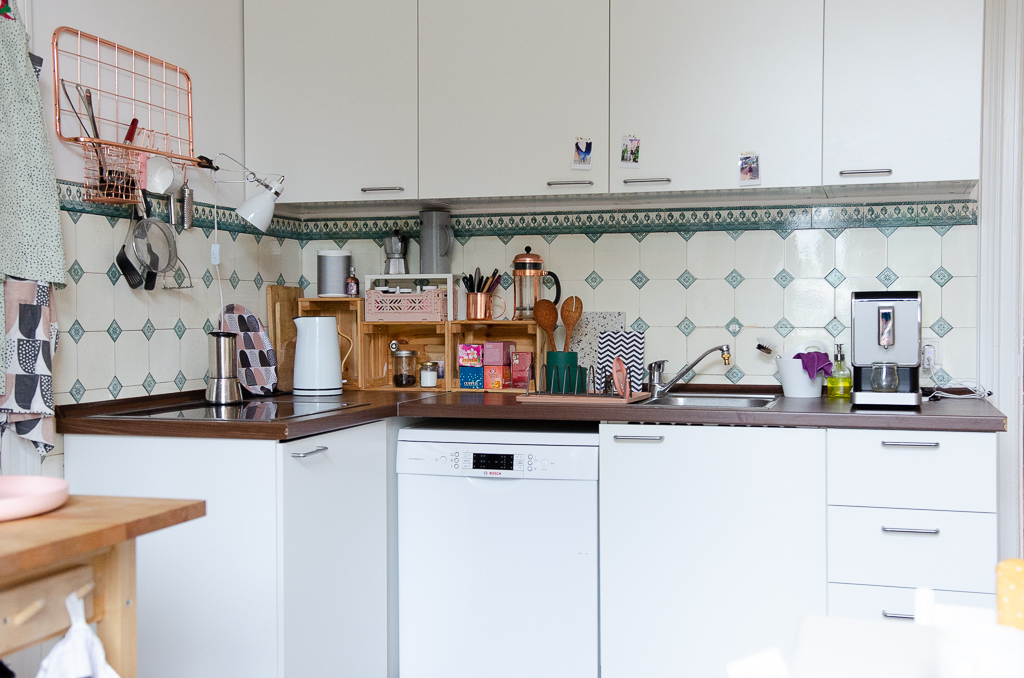 Küchenzeile mit Herd und Spüle
