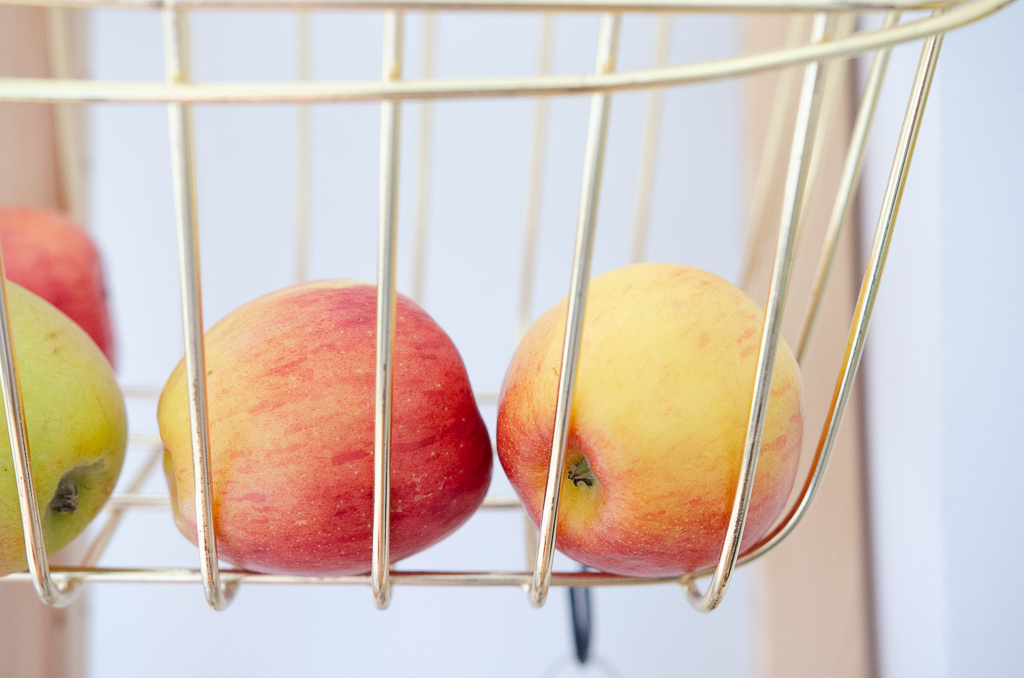 Ein Fahrradkorb zweckentfremdet als Aufbewahrung für Obst