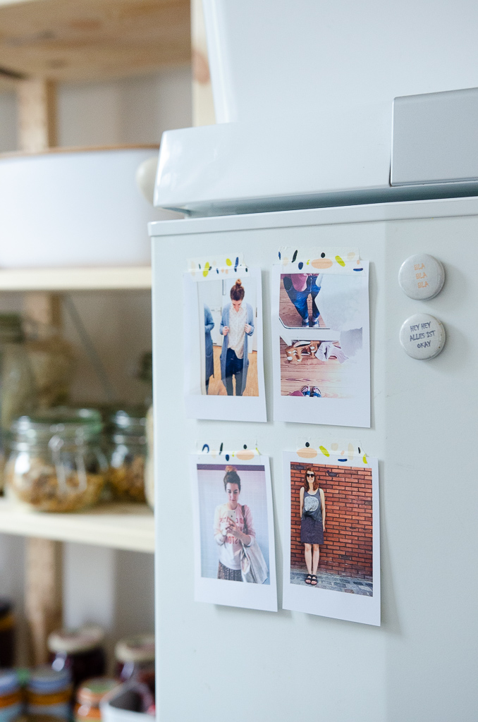 Motivationsbilder am Kühlschrank - Blick in die Speisekammer