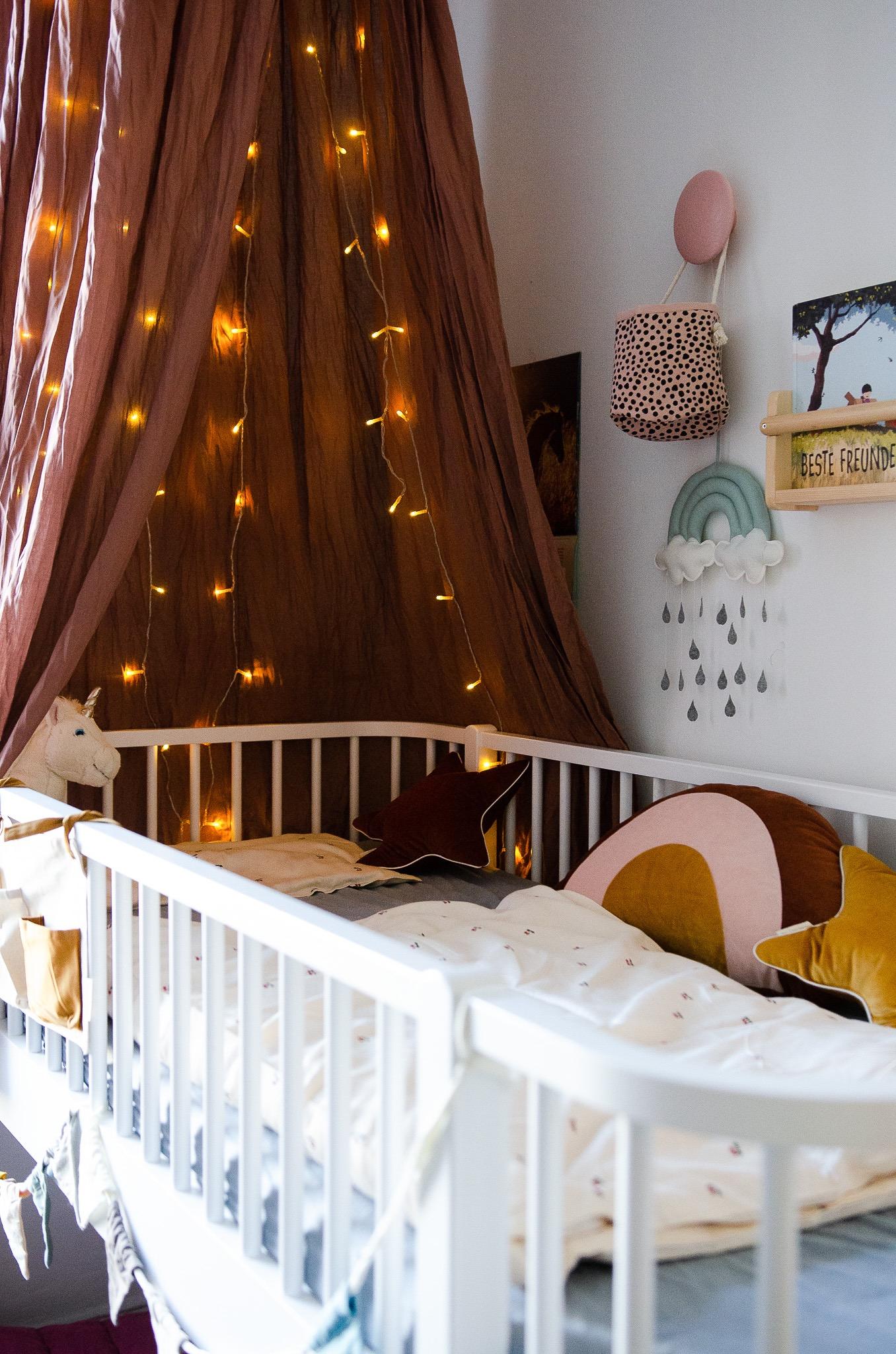 Betthimmel mit Lichterkette - sorgt für einen kuscheligen Rückzugsort im Hochbett