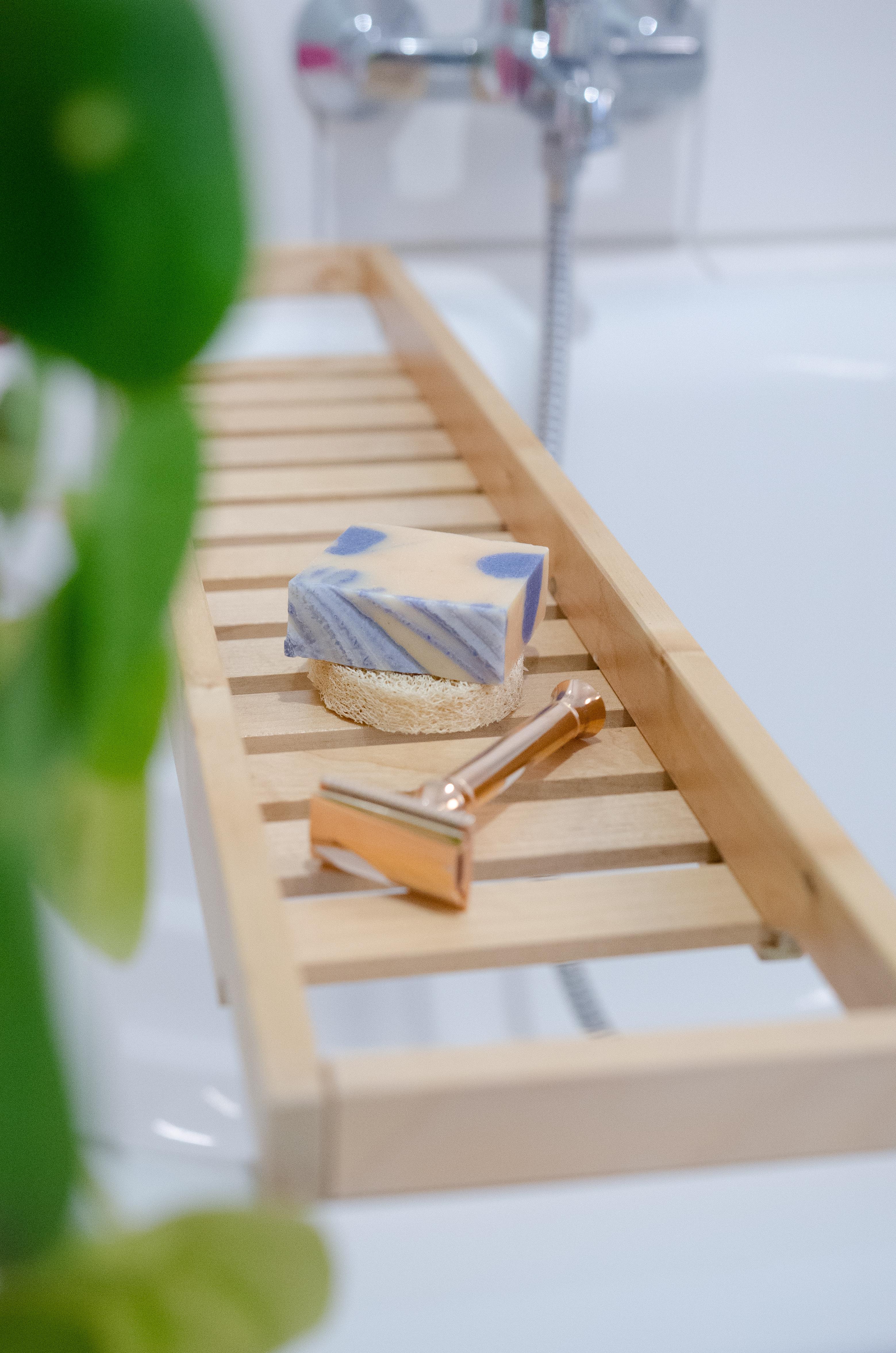5 Schritte zum nachhaltigeren Badezimmer - mit Seife, festem Shampoo und Rasierhobel