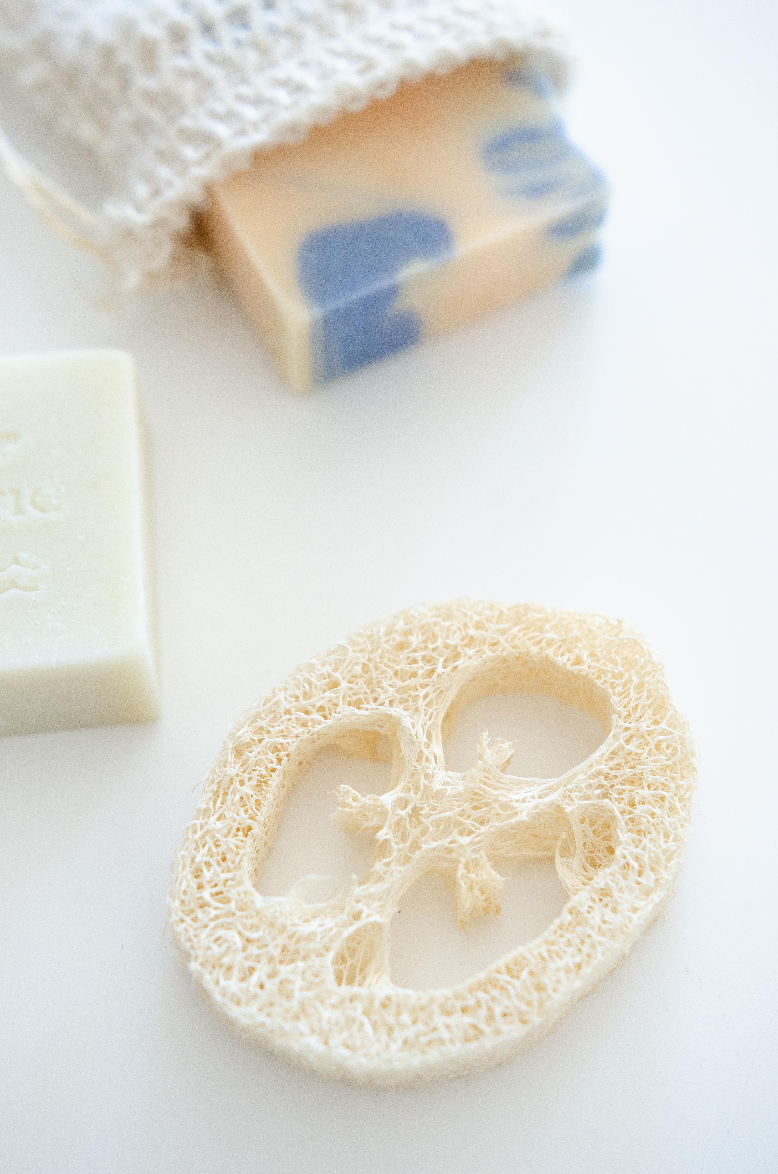 5 Schritte zum nachhaltigeren Badezimmer - mit Seifenstück und festem Shampoo.