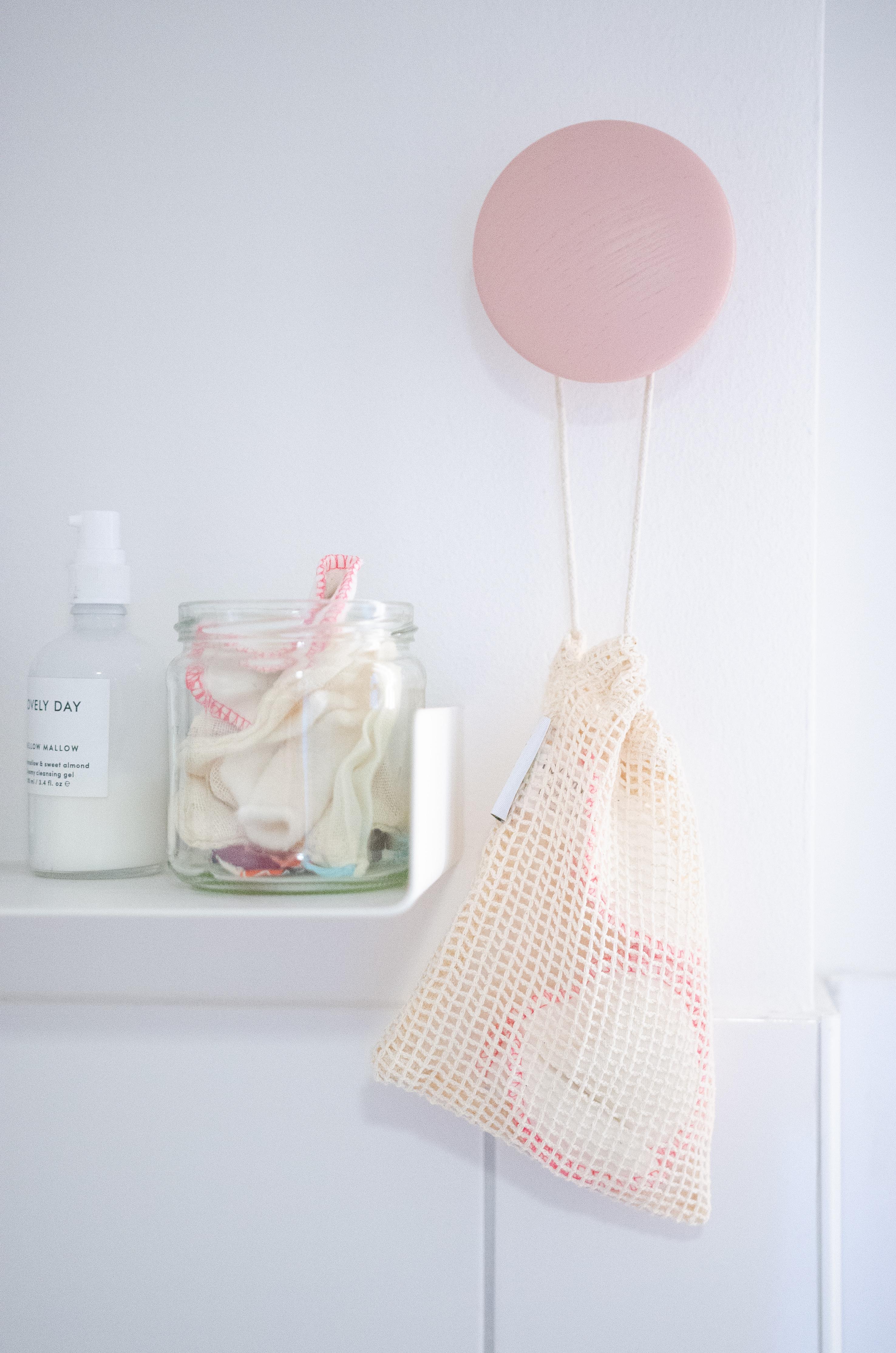5 Schritte zum nachhaltigeren Badezimmer - mit wiederverwendbaren Wattepads.
