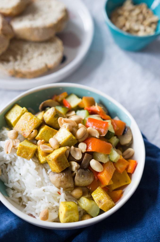 Rezept für Gemüsecurry mit Tofu und Erdnusstopping