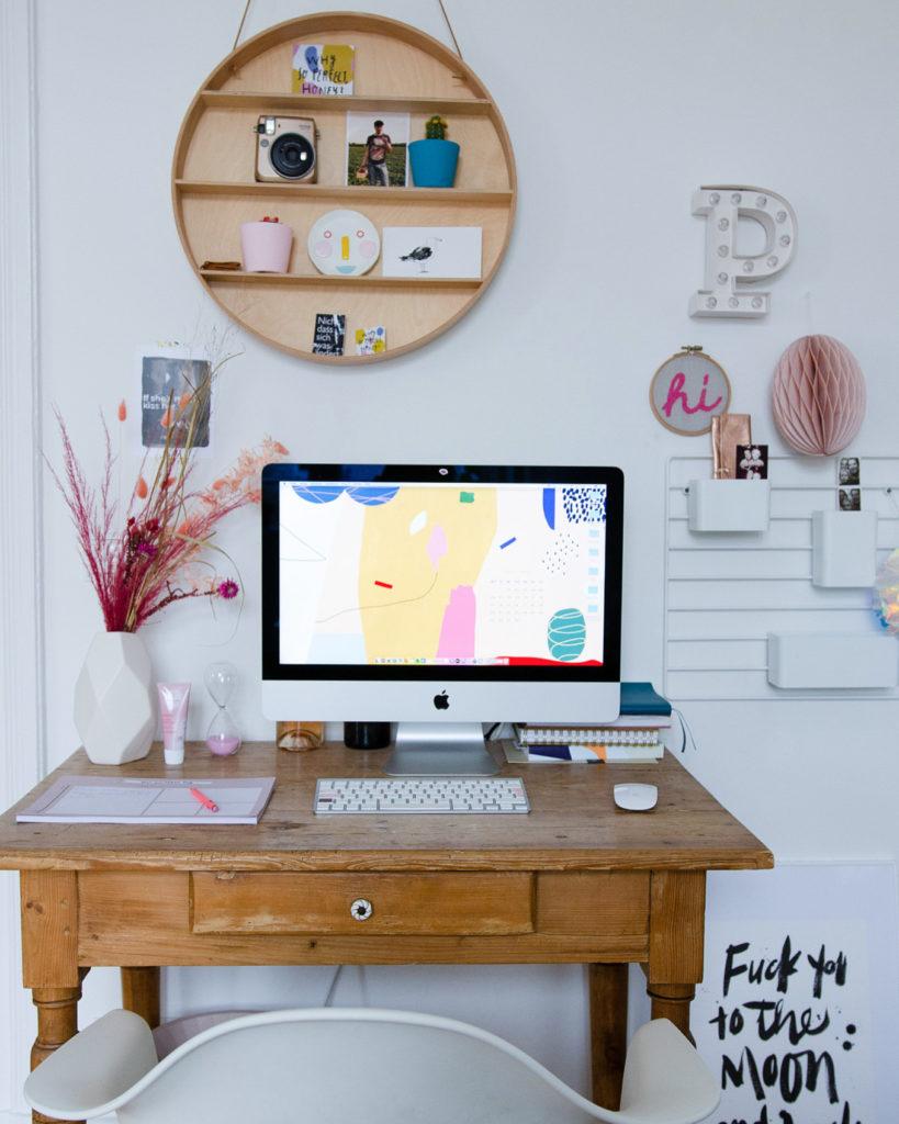 Schreibtisch zum kreativ arbeiten und inspirieren lassen, mit Free Desktop Wallpaper April 2020