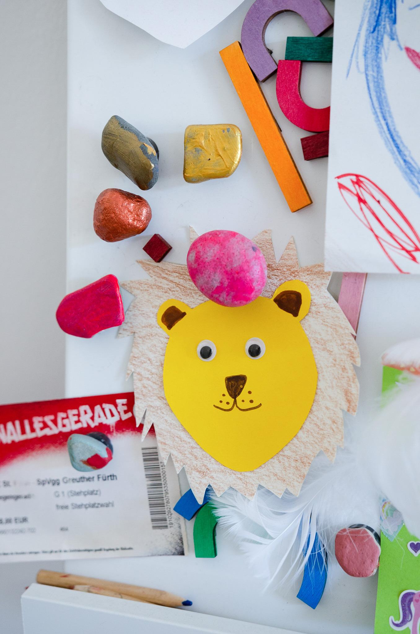 Ist das Kunst oder kann das weg? Mit DIY Magneten Kinderschätze in Szene setzen