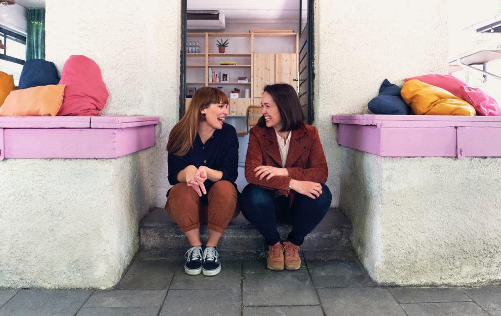 Justyna Dembowski (links) und Kati Legge (rechts)_Foto Tom Jäger vor dem oh tinyville