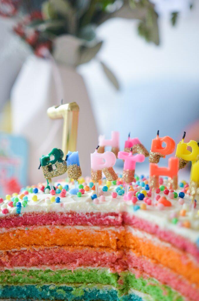 Regenbogen Kuchen und Kindergeburtstag