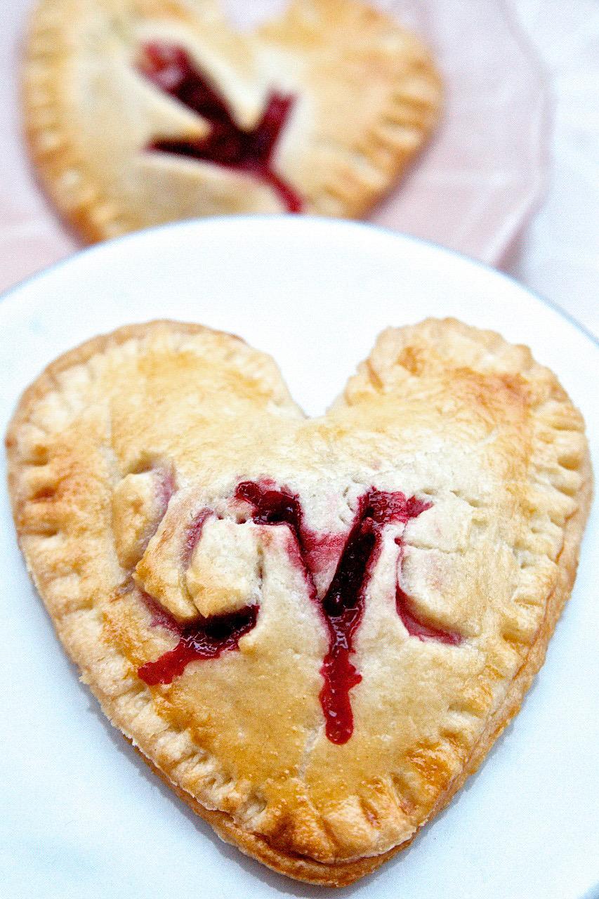 Herz Pies mit Vanillepudding Himbeeren Füllung zum Valentinstag