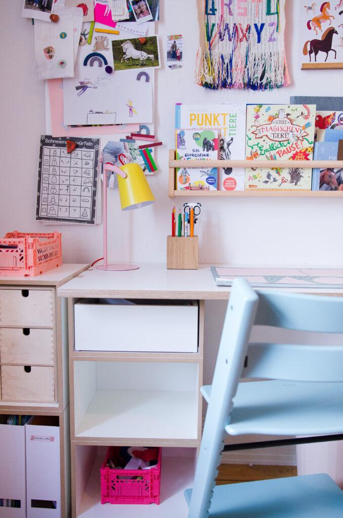 Kinderschreibtisch mit Ordnungshelfern, Schreibunterlage und Stokke TrippTrapp als Schreibtischstuhl